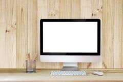 Kreativer Hippie-Desktop mit leerem weißem Bildschirm, Kaffeetasse und anderen Einzelteilen auf weißem Ziegelsteinhintergrund Stockfoto