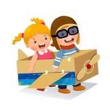 Kreativer Junge, der als Pilot mit Pappflugzeug spielt stock abbildung