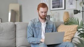 Kreativer Mann, der auf Laptop im Dachboden-B?ro schreibt stock video footage