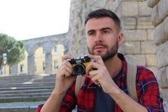 Kreativer Mann, der einen möglichen Schuss betrachtet lizenzfreie stockfotografie