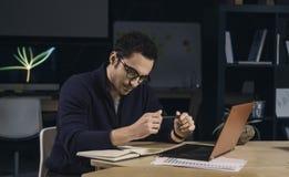 Kreativer Mann in der Glasfunktion spät nachts Lizenzfreies Stockfoto