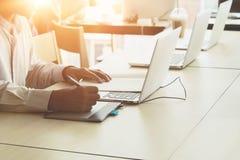 Kreativer Mann, der Mäusefederzeichnung auf Computer verwendet Lizenzfreies Stockbild