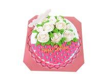 Kreativer rosa Kuchen mit den weißen Rosen lokalisiert Alles- Gute zum Geburtstagfeier Lizenzfreie Stockbilder