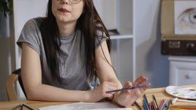 Kreativer schöner Maler malt ein buntes Bild Nahaufnahme des Lackiervorgangs im kreativen Positiv der Kunstwerkstatt stock video