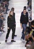 Kreativer Weg Direktoren Lucie Meier und Serge Ruffieuxs, den die Rollbahn während Christian Diors sich zeigen stockfotografie