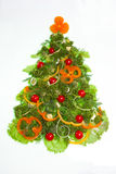 Kreativer Weihnachtsbaum gemacht vom Gemüse lokalisiert auf Weiß Lizenzfreies Stockfoto