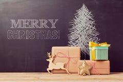 Kreativer Weihnachtsbaumhintergrund mit Geschenken Stockfotos