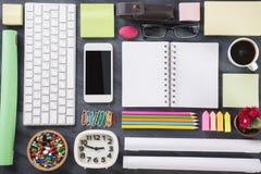 Kreatives Bürotisch topview Lizenzfreie Stockfotografie