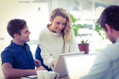 Kreatives businessteam, das mit mobilen Computern arbeitet Lizenzfreies Stockfoto