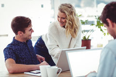 Kreatives businessteam, das mit mobilen Computern arbeitet Stockfoto