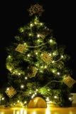 Kreatives DIY handicrafted Weihnachtsbaumdekoration auf schwarzem Hintergrund lizenzfreies stockbild