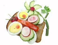 Kreatives Gemüsesandwich mit Ei Lizenzfreie Stockfotos