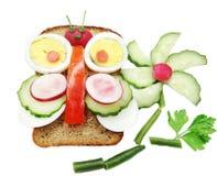 Kreatives Gemüsesandwich mit Käse und Ei Lizenzfreie Stockfotografie