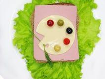 Kreatives Gemüsesandwich mit Käse und Schinken Lizenzfreies Stockfoto