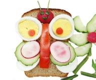 Kreatives Gemüsesandwich mit Käse und Wurst Stockfoto