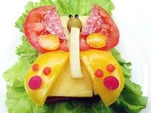 Kreatives Gemüsesandwich mit Käse und Wurst Lizenzfreie Stockfotografie