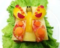 Kreatives Gemüsesandwich mit Käse und Wurst Stockfotografie