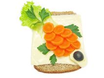 Kreatives Gemüsesandwich mit Karotte und Käse Lizenzfreies Stockfoto
