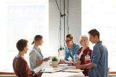 Kreatives Geschäft Team Communicating stockbild