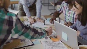 Kreatives Geschäftsteam, das Architekturprojekt bespricht Brainstorming der Mischrassegruppe von personen im modischen Büro Stockfoto