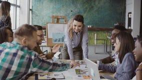 Kreatives Geschäftsteam, das Architekturprojekt bespricht Brainstorming der Mischrassegruppe von personen im modischen Büro lizenzfreies stockfoto