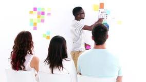 Kreatives Geschäftsteam, das eine Sitzung hat Stockbilder