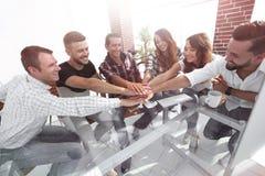 Kreatives Geschäftsteam, das Hände im Büro zusammenfügt lizenzfreie stockfotos
