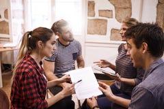 Kreatives Geschäftsteam, das neue Ideen teilt Stockbild
