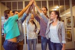 Kreatives Geschäftsteam, das ihre Hände wellenartig bewegt Stockfotografie