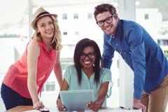 Kreatives Geschäftsteam, das schwer zusammen arbeitet Lizenzfreie Stockfotos