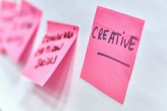 Kreatives geschrieben auf die rosa Papieraufkleber befestigt zu einer Flip-Chart stockfotos