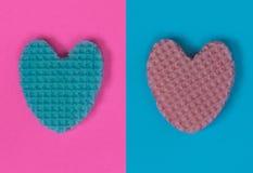 Kreatives Herz von einer essbaren Oblate in Pastellrosa und Blau colo Lizenzfreies Stockfoto