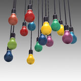 Kreatives Ideen- und Führungskonzept färbt Glühlampe Stockfotos