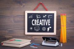 Kreatives Ikonenkonzept Tafel auf einem hölzernen Hintergrund Stockbilder