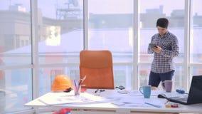 Kreatives junges Berufsarbeiten im modernen Büro Gehen am Arbeitsplatz in den Gedanken stichtag stock video footage