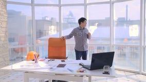 Kreatives junges Berufsarbeiten im modernen Büro Gehen am Arbeitsplatz in den Gedanken stichtag stock footage