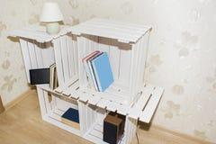 Kreatives Kabinett von den hölzernen Kisten Stockbilder