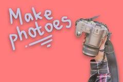 Kreatives Kamerakonzept mit flacher gelegter Zusammenfassung f des Textes stockbild