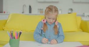Kreatives kleines Mädchen zu Hause verfasst in der Zeichnung stock video footage