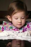 Kreatives Kleinkind, das mit weißem Schaum spielt Lizenzfreie Stockbilder