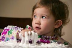 Kreatives Kleinkind, das mit weißem Schaum spielt Lizenzfreie Stockfotografie