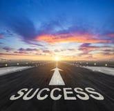 Kreatives Konzept des Erfolgs mit Flughafenrollbahn Stockbild
