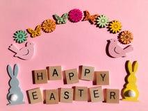 Kreatives Konzept: die Wörter fröhliche Ostern in den hölzernen Buchstaben des Alphabetes 3d stockfotos