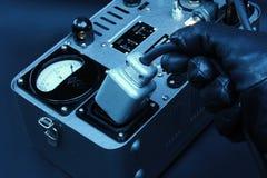 Künstlerisches Konzept einer Hand, die einen großen elektrischen Stecker von einem Generator abzieht Stockbilder
