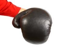 Kreatives Konzept eines Boxerhandschuhs lokalisiert auf dem weißen Puniching in die Kamera Stockfoto