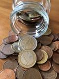 Kreatives Konzept, Rettungsgeld in einem Stauglas stockfotos