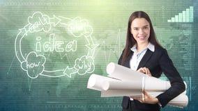 Kreatives Konzept, Schönheitsgeschäftsfrau, die mit Plänen auf gemaltem Hintergrund nahe Organisationsdiagramm der Idee steht Lizenzfreie Stockbilder