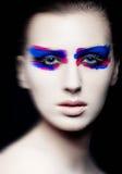 Kreatives Kunstmake-up der Schönheit auf schwarzem Hintergrund Stockfotos