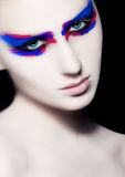 Kreatives Kunstmake-up der Schönheit auf schwarzem Hintergrund Stockbilder