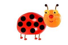Kreatives Nahrungsmittelkonzept Lustiger kleiner Marienkäfer gemacht von der Frucht Stockfotografie